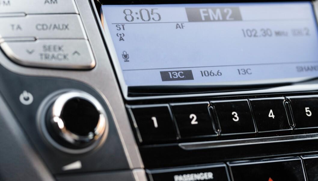 <strong>NEI, DET BLIR IKKE STILLE:</strong> Selv om de store radiokanalene må bytte til DAB-sendinger, er det fremdeles mage lokalradiostasjoner som får lov til å sende på FM-nettet. Det er hele 199 radiokanaler som får lov til å sende på FM-nettet i minst fem år til, fra nyttår. Foto: Billion Photos / Shutterstock / NTB scanpix