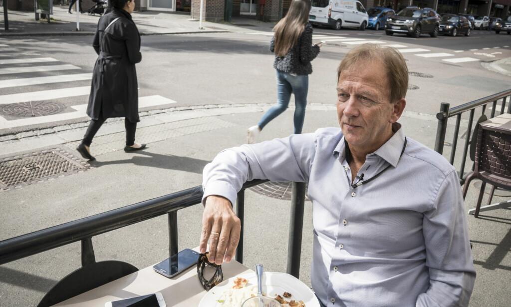 EFFEKT: Så hvordan vet Andersen om jobben hans - alle timene i moskeene, alle møtene som begynner for seint og går for døve ører - egentlig fungerer?- Fordi de fortsatt ringer meg, svarer han kjapt. Foto: Øistein Norum Monsen / Dagbladet