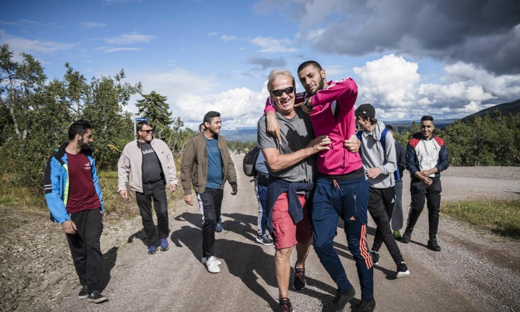 TILLIT: Erik Andersen har flere ganger tatt med seg ungdommer fra moskeene i Oslo på turen ut i skog og mark for å bygge tillit til etaten blant innvandrerungdom Foto: Øistein Norum Monsen / Dagbladet