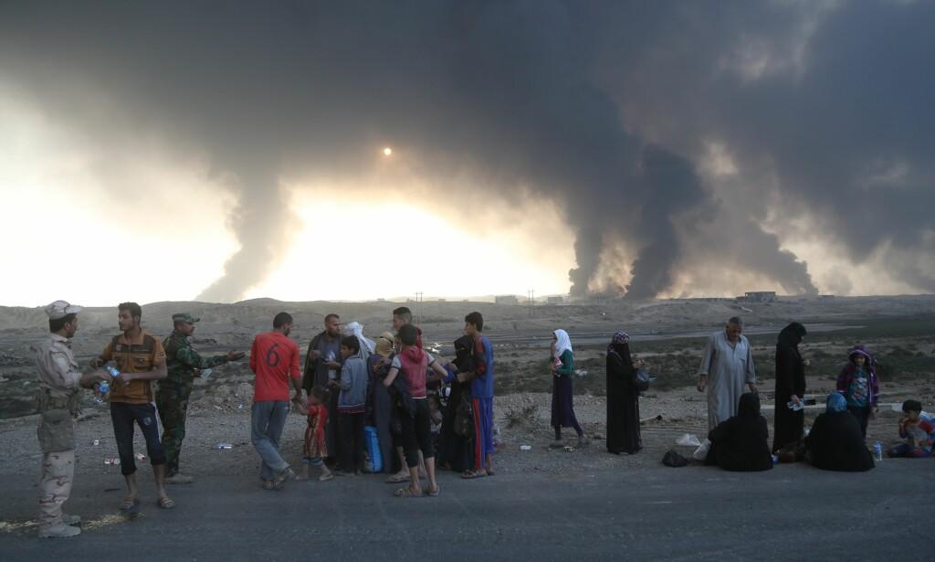 PÅ FLUKT: Mosul hadde tidligere rundt 2,5 millioner innbyggere. Anslaget over dagens innbyggertall varierer fra 600.000 til 1,5 millioner. Bildet viser irakiske flykninger som tirsdag hadde kommet seg ut av den IS-kontrollerte delen av Mosul og til Al Qayyarah som kontrolleres av Irakiske styrker. Foto: Hemn Baban / Anadolu Agency / NTB Scanpix