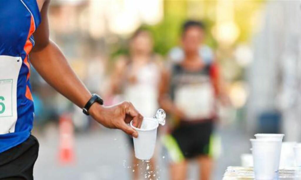 TREN PÅ Å SPISE OG DRIKKE:  Det er veldig viktig å trene på å drikke og spise før et maratonløp. Etter konkurransen bør du få i deg karbohydrater og proteiner så raskt som mulig, og innen 30 minutter, ifølge Tone Ilstad Hjalmarsen. Her slukker løperne tørsten etter Berlin-maraton i september. Foto: NTB/Scanpix <div><br></div>