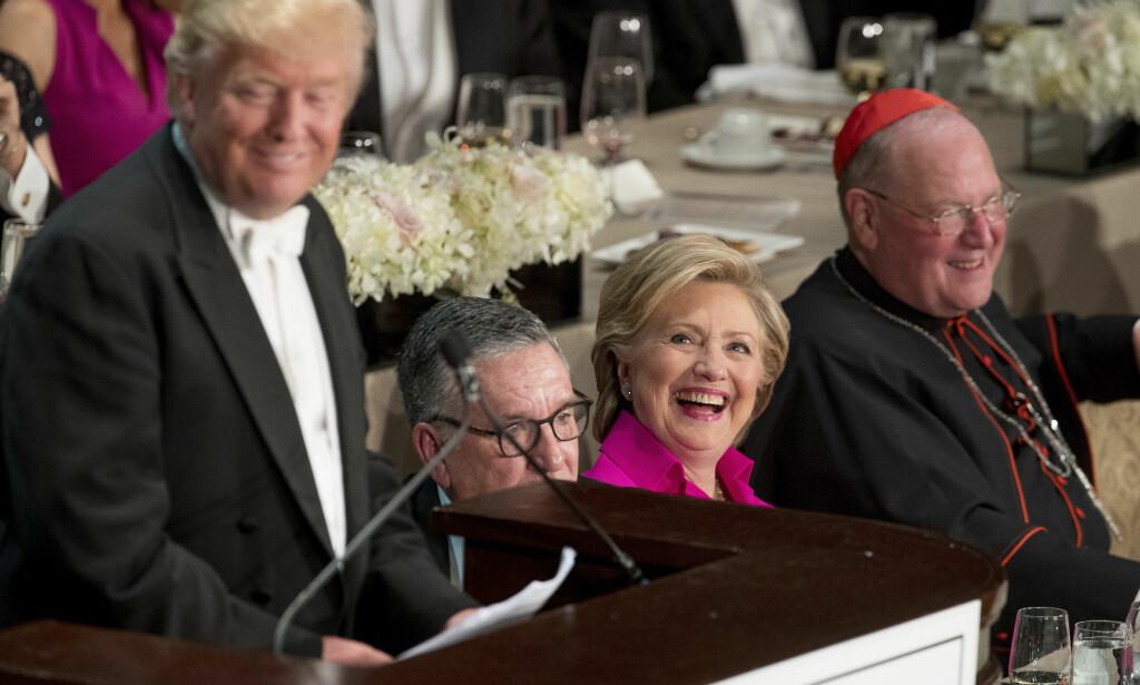 LER BEST: Donald Trump vitset om Hillary Clinton på en veldedighetsmiddag i New York onsdag kveld. Hun har all grunn til å smile for tida. (AP Photo/Andrew Harnik)