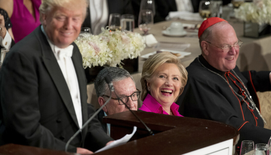 <strong>LER BEST:</strong> Donald Trump vitset om Hillary Clinton på en veldedighetsmiddag i New York onsdag kveld. &nbsp;Hun har all grunn til å smile for tida. (AP Photo/Andrew Harnik)