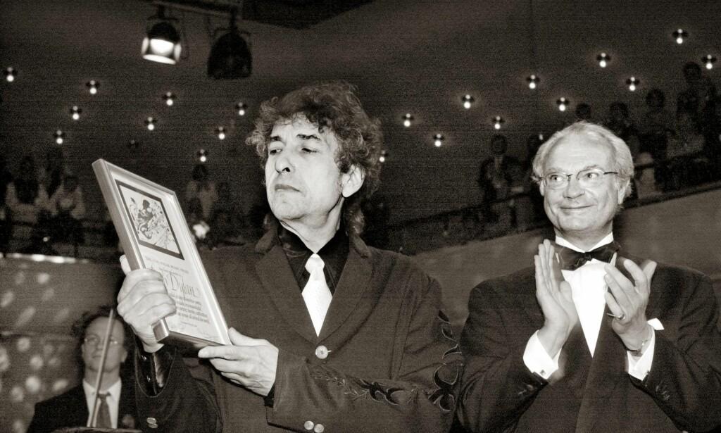 MØTES IGJEN? Skal Bob Dylan og kong Carl XVI Gustaf møtes igjen? Her får Dylan Polarprisen i år 2000 i Stockholm. En million kroner pluss diplom. Denne gangen er prisen på minst ti millioner kroner. Foto: NTB SCANPIX