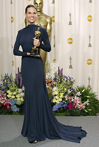 2005: Hilary Swank strålte i en marineblå kjole fra Guy Laroche under Oscar-utdelinga i 2005, der hun vant for sin rolle i «Million Dollar Baby». Foto: AP, NTB scanpix