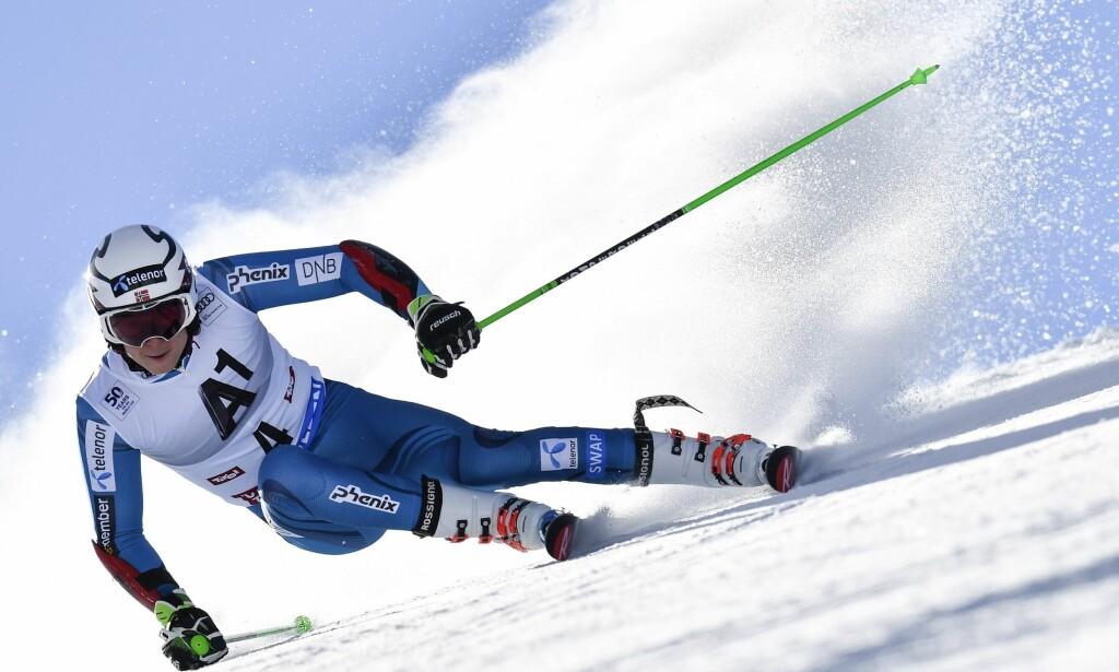 ENSOM SUPERSTJERNE: Det har vært tøft for Henrik Kristoffersen å gå til sak mot sitt eget Skiforbund. Uansett resultat er det tvilsomt om det er verdt pengene. FOTO: .  EPA/Gian Ehrenzeller.