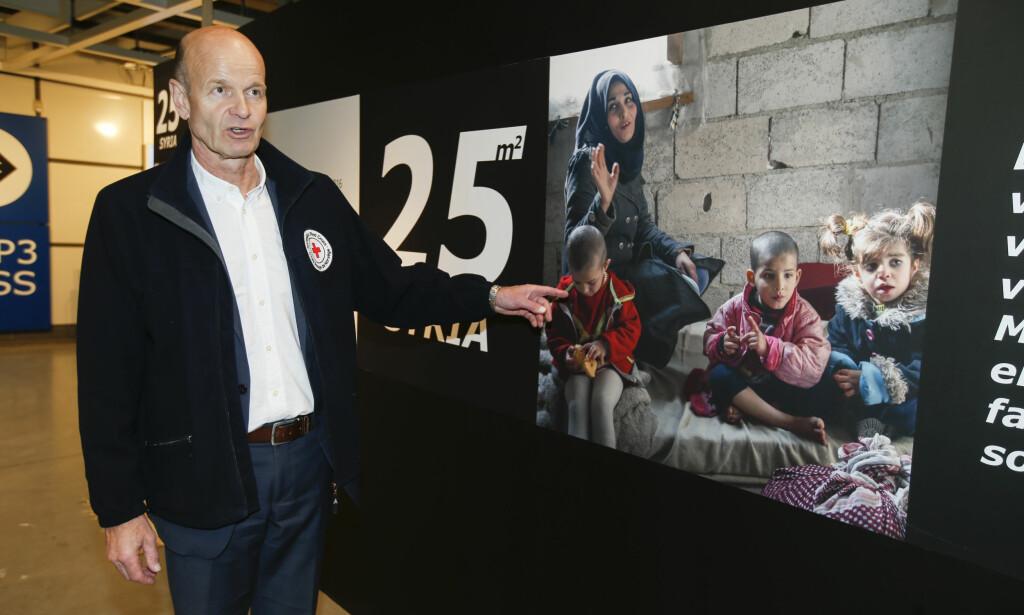 ER IKKE ALENE: Røde Kors ved Sven Mollekleiv og NRK TV-aksjonen på åpningen av installasjonen 25m2 Syria på Ikea på Slependen Foto: Terje Pedersen / NTB scanpix