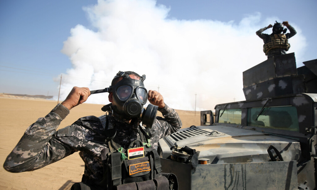 GIFTIG: Irakiske regjeringsstyrker beskytter seg med gassmasker mot røyken fra de brennende svovelgruvene i byen Mishraq, sør-øst for Mosul. Foto: Ahmad al-Rubaye/AFP