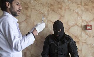 MOTGIFT: En irakisk spesialsoldat får behandling etter å ha pustet inn gass fra brennende svovel. Foto: Marko Drobnjakovic/AP