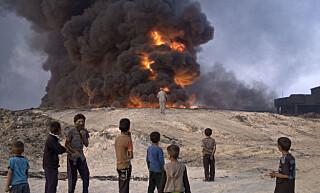 OLJEFYR: IS har satt fyr på oljebrønner i Qayyarah, om lag 50 kilometer sør for Mosul. Røyken fra den brennende oljebrønnen blander seg med røyken fra svovelgruven og lager et ugjennomsiktig røykteppe. Foto: Marko Drobnjakovic/AP