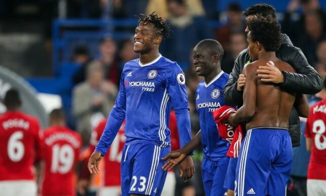 ZLATAN-DRAKT: Chelsea-spiller Willian fikk trøya til Zlatan Ibrahimvoic. Foto: Rogan Thomson/JMP/REX/Shutterstock
