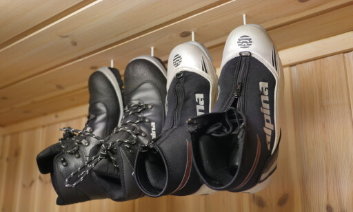 OPP I TAKET: Få skoene bort fra gulvet. Ved hjelp av noen kroker i taket kan skoene henges opp. FOTO: Simen Søvik