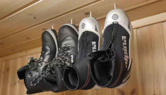 <strong>OPP I TAKET:</strong> Få skoene bort fra gulvet. Ved hjelp av noen kroker i taket kan skoene henges opp. FOTO: Simen Søvik