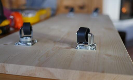 ROTERENDE HJUL: Fest roterende hjul på en planke og gjør det enkelt å ting frem og tilbake fra under sengen. FOTO: Simen Søvik