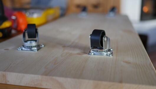<strong>ROTERENDE HJUL:</strong> Fest roterende hjul på en planke og gjør det enkelt å ting frem og tilbake fra under sengen. FOTO: Simen Søvik