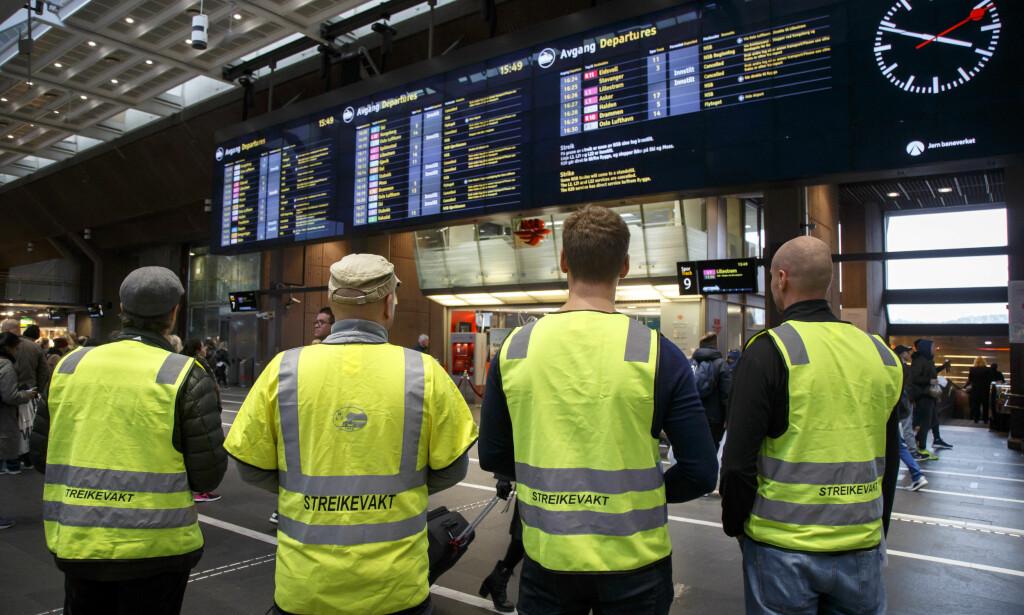 I STREIK: Lokførere i NSB sto mandag streikevakt på Oslo S. Streiken fører til at at mange lokaltog på Østlandet er innstilt. Foto: Heiko Junge / NTB scanpix