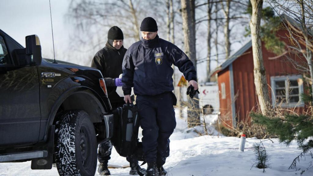SKYTEDRAMA: Teknikere fra svensk politi sikrer spor på åstedet i Fellingsbro ved Arboga, der to menn på 23 og 24 år ble funnet skutt og drept natt til mandag. En 19 år gammel kvinne som også var skutt ble funnet i live. Foto: Petter Koubek / NTB Scanpix