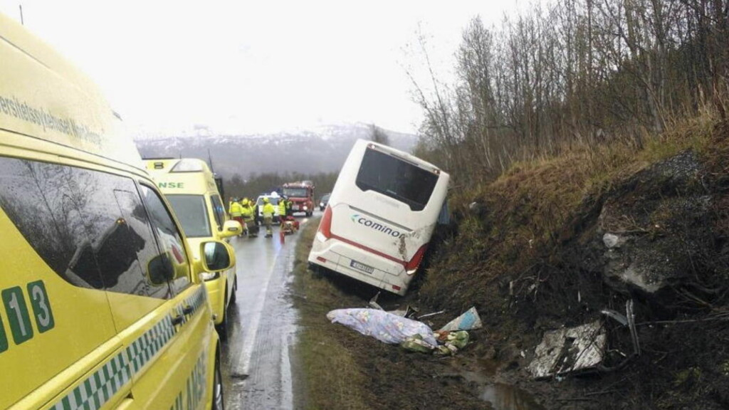DØDSULYKKE: To eldre menn om bord i bussen omkom i ulykken. Det var rundt 30 personer i bussen, som var på vei fra Murmansk i Russland til Finnsnes i Troms. Foto: Politiet / NTB Scanpix
