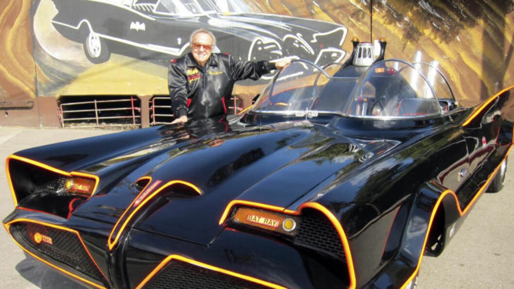 <strong>BILBYGGER:</strong> Det var George Barris som i sin tid brukte 15 000 dollar for å bygge om en Lincoln Futura til det vi i dag kjenner som «Batmobilen». Lørdag solgte han bilen på auksjon. Foto:  AP Photo/NTB Scanpix
