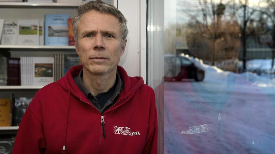 <strong>TRIST:</strong> Johan Wardeberg driver bokhandelen på Brandbu og er omgangsvenn og nabo med savnede Hans Martinius Bjone.  Foto: Øistein Norum Monsen / DAGBLADET