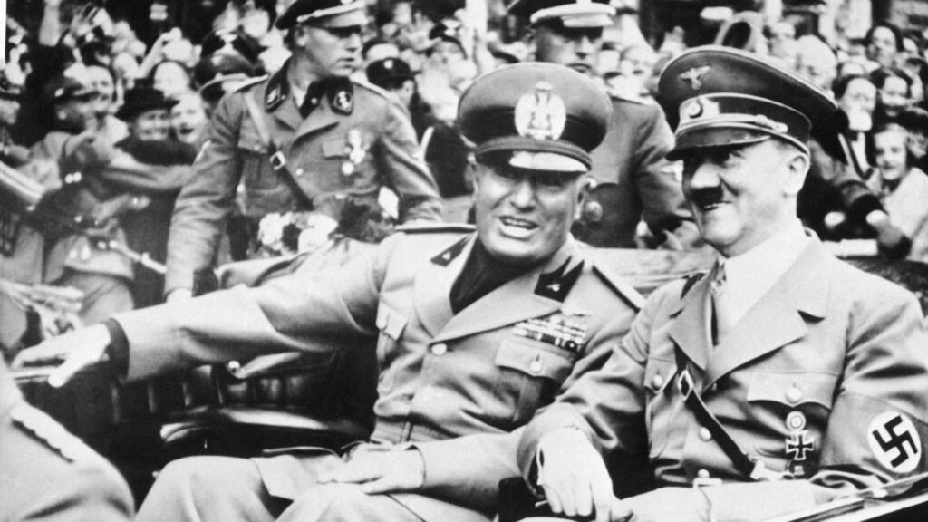 BETALTE VATIKANET: Dette bildet fra september 1938 viser Benito Mussolini og Adolf Hitler. Foto: AP / NTB scanpix