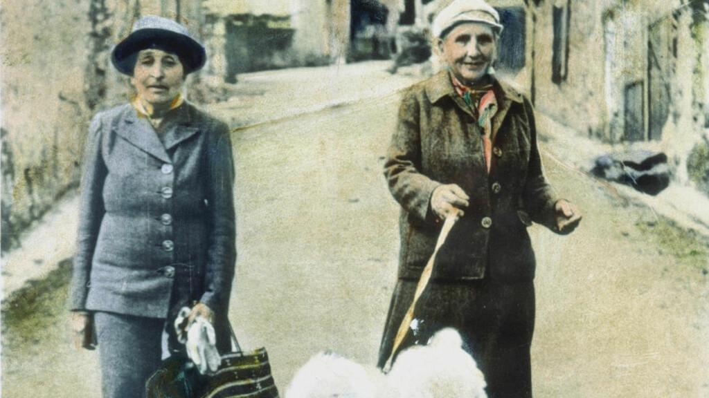 LADIES OG LANDSTRYKERE: Alice B. Toklas reiste rundt i Frankrike med kompanjongen Gertrude Stein midt på 1900-tallet, for å skrive om lidenskapen sin: mat. Foto: The Granger Collection / NTB SCANPIX. Bildet er håndkolorert.