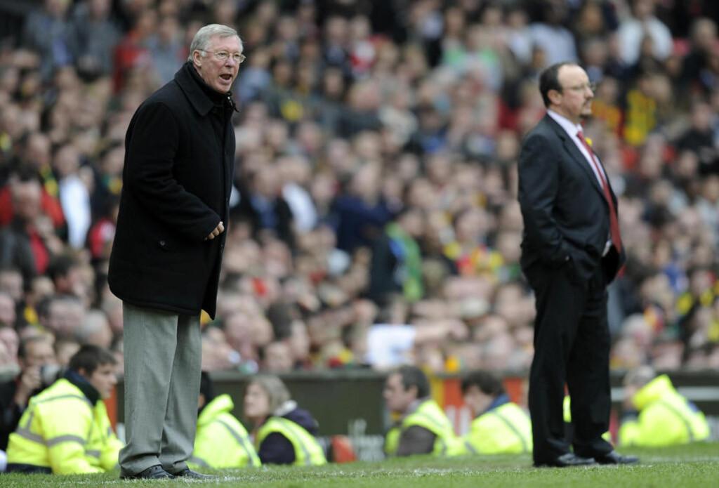 BITRE FIENDER: Alex Ferguson (t.v) har tilsynelatende lite til overs for Rafa Benitez, manageren som nå har kritisert skotten både fra Liverpool og Chelsea. Foto: REUTERS/Russell Cheyne