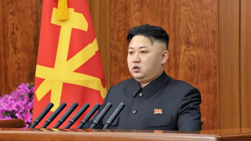 LEDEREN: Her er Nord-Koreas leder Kim Jong Un under sin nyttårstale i Pyongyang. Foto: EPA / KCNA /NTB SCANPIX