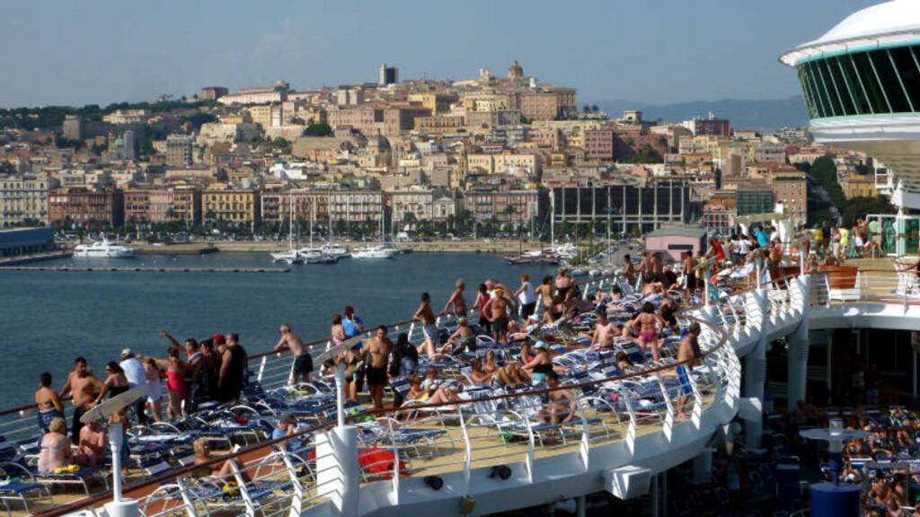 TRANGT: I høysesongen i Middelhavet er det mildt sagt trangt om plassen på de store cruiseskipene. Her seiler «Adventure of the Seas» ut fra Cagliari på Sardinia. Foto: EIVIND PEDERSEN