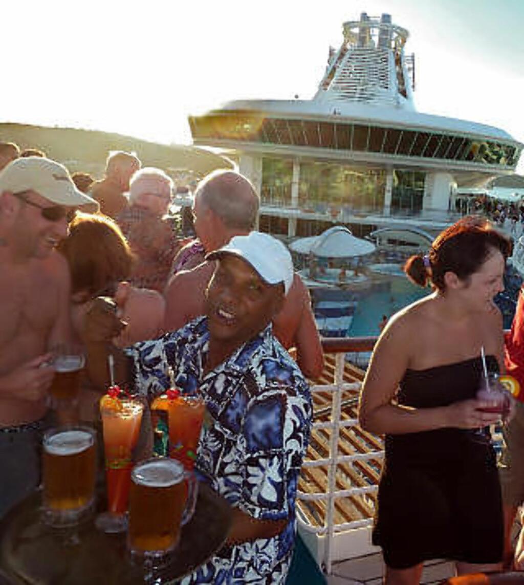 GODT LIV: Det er aldri langt mellom servitørene på cruise. Foto: EIVIND PEDERSEN