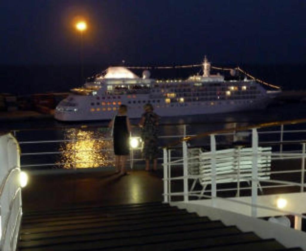 IDYLL: Et cruiseskip fra rederiet Silversea forlater havnen i Muscat, mens månen speiler seg i vannet. Foto: EIVIND PEDERSEN