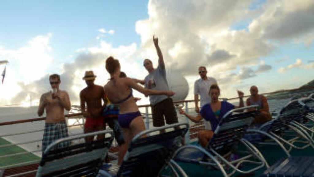 FESTLIG: En glad gjeng ungdommer lager sin egen fest på øverste dekk, etter at cruiseskipet nettopp hadde forlatt karibiske St. Thomas. Foto: EIVIND PEDERSEN