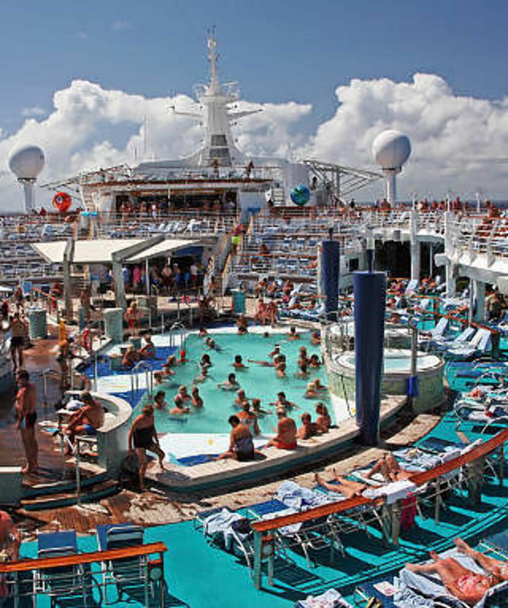 AVSLAPPING OM BORD: Blå himmel og liv på øverste dekk. Dette er dagligdags på cruise. Foto: EIVIND PEDERSEN