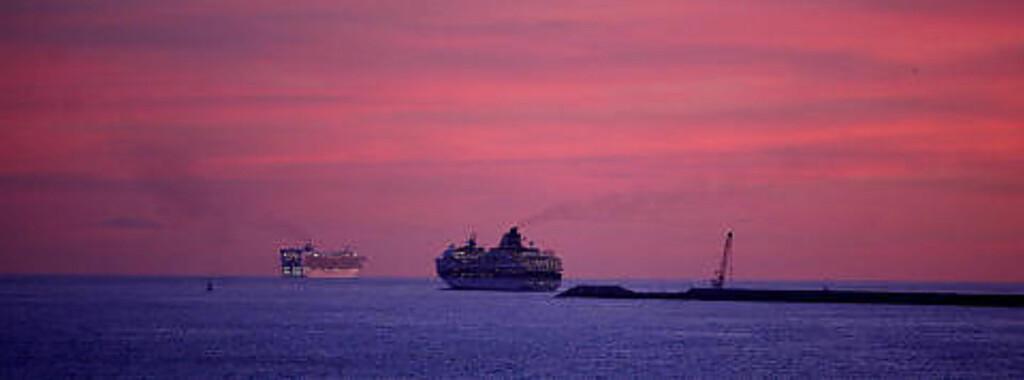 KVELDSSEILAS: To cruiseskip seiler ut fra Barcelona i solnedgangen. Den spanske havnebyen er nordmenns favoritthavn når man skal på cruiseferie. Foto: EIVIND PEDERSEN
