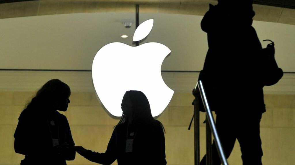 FALLER I VERDI: I 2011 inntok Apple førsteplassen på listen over verdens største selskaper målt etter markedsverdi.  Men da børsene i New York stengte fredag, hadde verdien av Apple-aksjene falt med 2,4 prosent. Dermed var selskapet «bare» verdt om lag 413 milliarder dollar. Foto: AFP/TIMOTHY A. CLARY/NTB SCANPIX