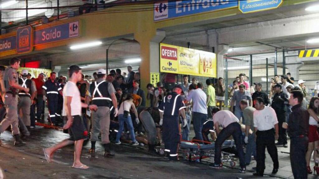 FØRSTEHJELP PÅ GATA:  Bilder fra stedet viser hvordan hardt skadede folk blir tatt hånd om av helsepersonell på fortauene, omgitt av store folkemengder. Foto: AFP PHOTO / AGENCIA RBS