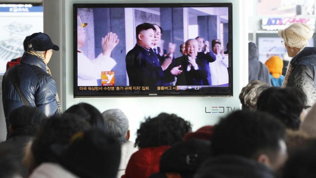 <strong>ET BLIKK INN:</strong> En gruppe sørkoreanere ser nabolandets president Kim Jong Un på en TV-skjerm på jernbanestasjonen i Seoul. Foto: Ahn Young-joon / NTB scanpix