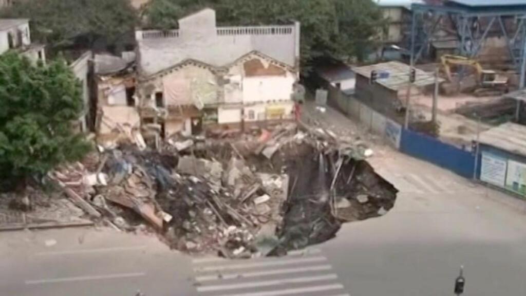 SYNKEHULL: Grunnen ga etter og et ni meter dypt hull svelget flere bygninger.