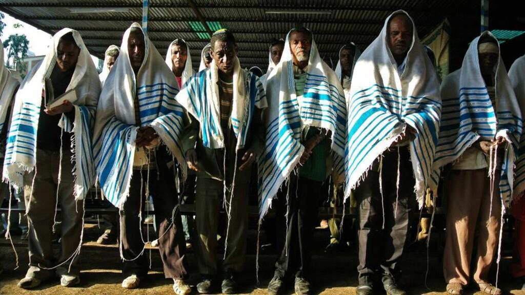 «TILBAKEVENDING» : Etiopiske jøder samlet i en midlertidig synagoge i Gondar i Etiopia, hvor om lag to tusen jøder venter på å få dra til Israel. De skal få komme til Israel i løpet av i år. Men nå avsløres det i Israel at deres kvinner får tvangsprevensjon og fødselstallene blant dem stuper. Der kalles de «falasja» , som de oppfatter som nedsettende. Foto: AFP / Scanpix /JENNY VAUGHAN