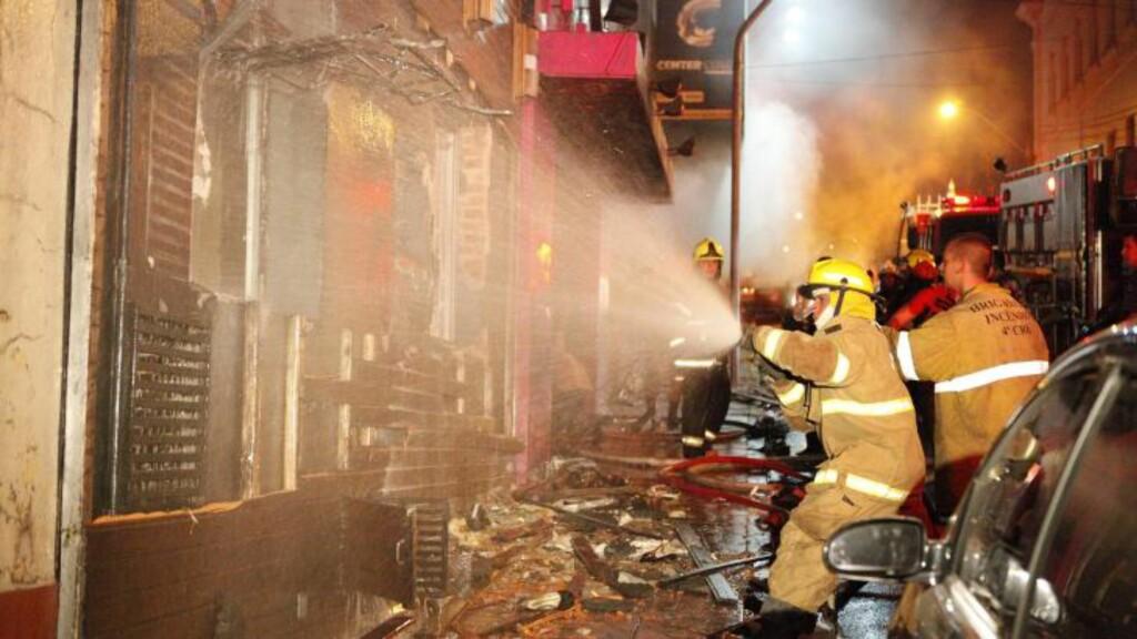VANSKELIG ARBEID: Brannvesenet har fortalt at de hadde problemer med å komme inn i nattklubben på grunn av lik som blokkerte inngangen. Foto: Scanpix