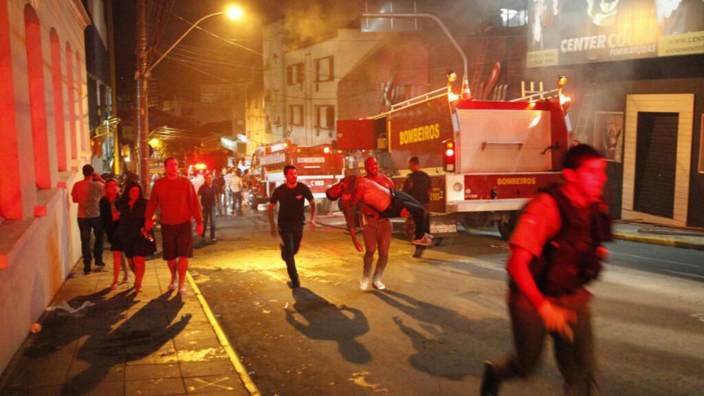DØDSFELLE: Redningsarbeidet ved nattklubben Kiss i Santa Maria ble forhindret av lik som sperret inngangen for brannvesenet. Foto: GERMANO RORATTO / RBS / NTB SCANPIX