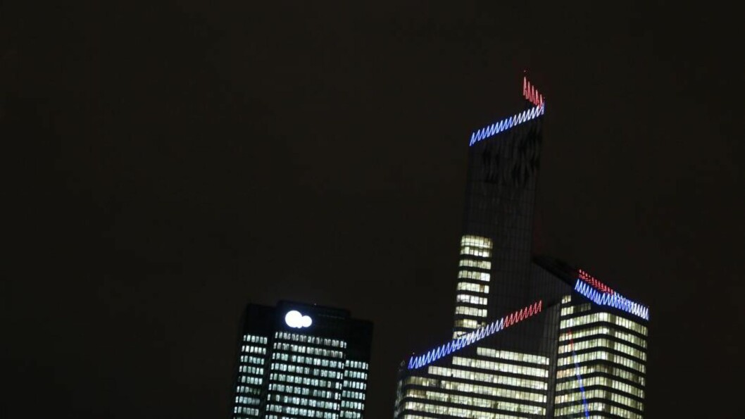 <strong> LYS I ALLE VINDUER - SÅ LENGE:</strong>  Frankrikes høyeste bygning - 231 meter høye First Tower i Paris-forstaden La Defense - i komplett lysskrud på kvelden 18. desember i fjor. FOTO: KENZO TRIBOUILLARD, AFP/NTB Scanpix.