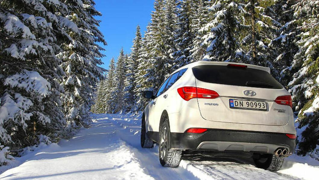 ELSKER FIREHJULSDRIFT: Nordmenn vil helst ha trekk på alle fire hjul. Nesten en tredjedel av alle nye biler som selges her i landet, har det. Her er en av de beste - Hyundai Santa Fe. Foto: VI MENN BIL