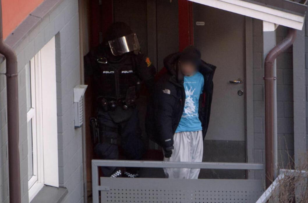 PÅGREPET: Her blir en mistenkt mann (19) pågrepet og hentet ut av leiligheten i Toftes gate. Foto: DAGBLADET