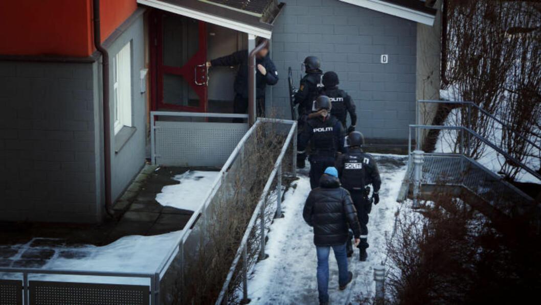 SLO TIL: Sivilkledde spanere undersøkte adressen før kollegene i verneutstyr gikk inn i oppgangen. Foto: DAGBLADET