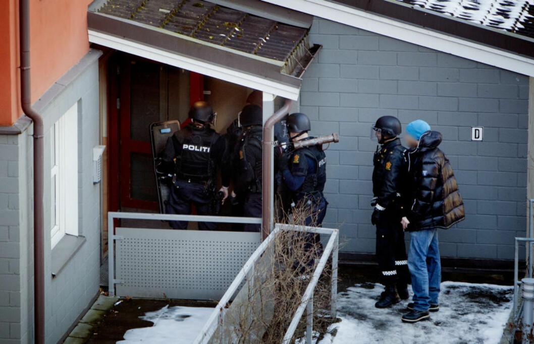 STORE STYRKER: Bevæpnede politimannskaper med hjelmer, skjold og rambukk tok seg i ettermiddag inn i leiligheten til en av de trusselmistenkte mennene i Toftes gate i Oslo. Foto: DAGBLADET