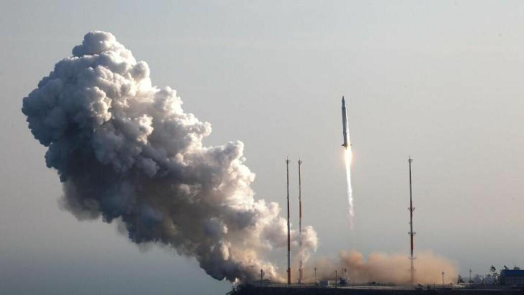 <strong>LANGDISTANSERAKETT:</strong> I desember i fjor gjennomførte landet dessuten en oppskyting av en langtrekkende rakett.  Oppskytingen fikk  sterke reaksjoner internasjonalt, og med USA i bresjen ble handlingen fordømt av en rekke land. FNs sikkerhetsråd innkalte til krisemøte etter rakettoppskytingen, og har senere sagt at det var et klart brudd på FNs resolusjoner mot landet. Foto:  Korea Aerospace Research Institute / AP / Scanpix