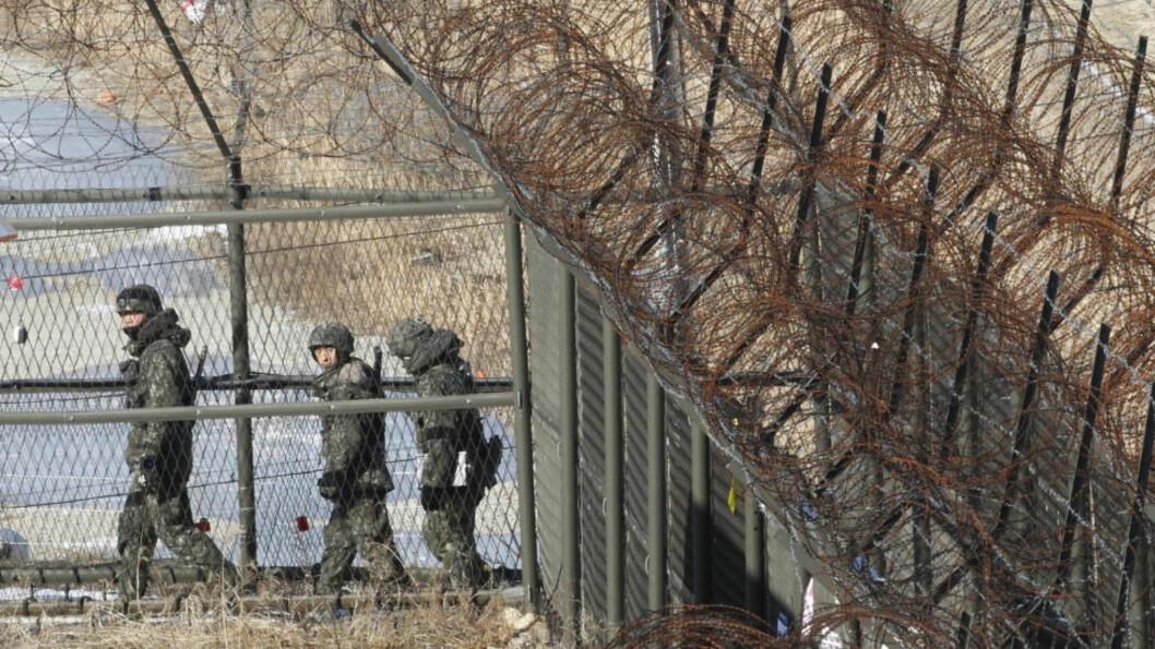 <strong>VOKTER GRENSA:</strong> Soldater fra det Sør-Koreanske militæret vokter her grensa til nabolandet i nord - Nord-Korea. I dag innkalte den sørkoreanske presidenten tiol krisemøte i frykt for at en atomprøvesprengning er nært forekommende fra nordkoreanerne.  Foto: AP/ Ahn Young-joon / Scanpix