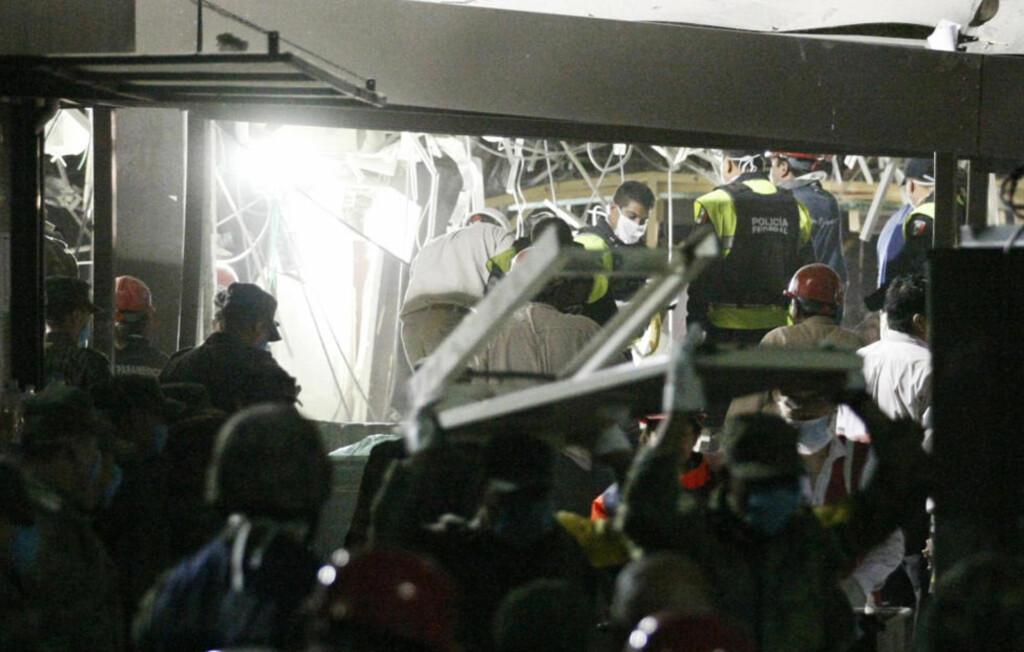 LETER: Redningsmannskaper jobber på spreng for å finne overlevende i ruinene etter eksplosjonen. Foto: BERNARDO MONTOYA / REUTERS / NTB SCANPIX