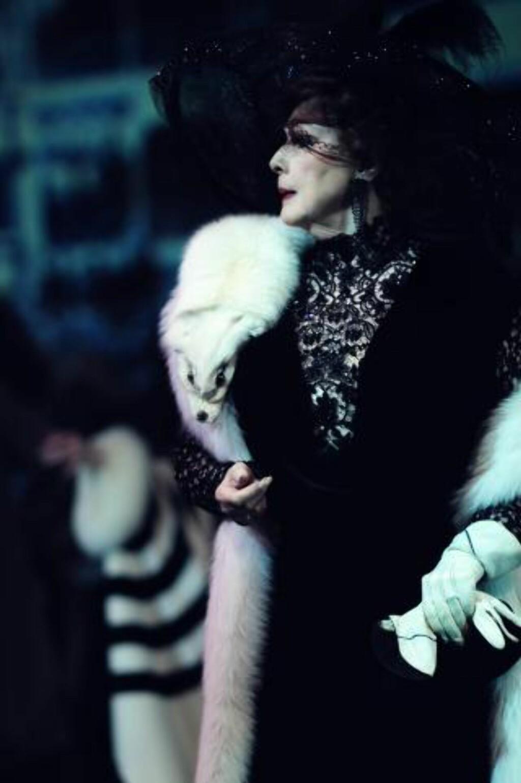 HYGGELIG GJENSYN: Lise Fjeldstad er tilbake på scenen, som Henrys mor, Mrs. Higgins. Mange vil huske Wenche Foss i rollen, fra Riksteatrets turné i 2000. Bente Børsum spilte den på Oslo Nye i 2003. Foto: Haakon Hoseth